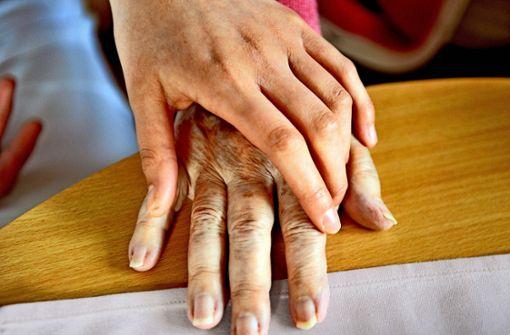 Der Beruf des Altenpflegers ist psychisch und körperlich belastend. Die Politik sucht nach  Wegen, den Job attraktiver zu machen. Foto: dpa
