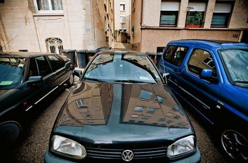 Eigentlich verboten, im Westen toleriert: Der Eigentümer eines Grundstücks darf sein Auto  im öffentlichen Raum vor der Einfahrt parken, solange er niemanden behindert. Foto: Leif Piechowski