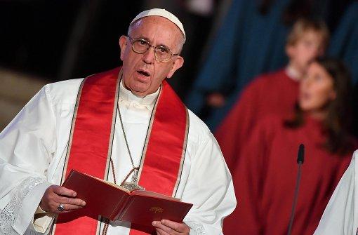 Papst Franziskus betet während der Messe in der Kathedrale. Foto: dpa