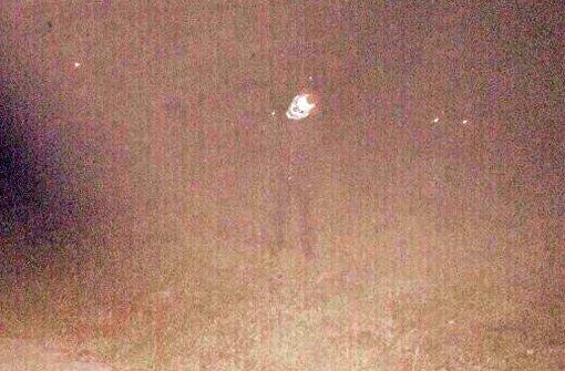 Ein sehr unscharfes Handyfoto eines Zeugen zeigt den Mann mit der Clownsmaske, der Ende August in Winnenden für Aufsehen gesorgt hat. Foto: Polizei