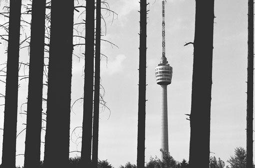 Seit fast 60 Jahren gehört der Fernsehturm zu Stuttgart wie die Butter auf die Brezel. Dass es auch ohne geht, haben die Stuttgarter in den letzten drei Jahren lernen müssen. Dass es mit aber schöner ist auch. In unserer Bildergalerie zeigen wir historische Aufnahmen des Fernsehturms aus dem Archiv des SWR. Foto: SWR