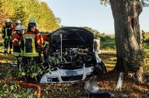 Ein 23-jähriger Autofahrer war mit seinem Wagen gegen mehrere Bäume gekracht.  Foto: SDMG