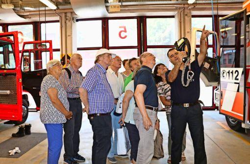 Wachabteilungsführer Andreas Reeh zeigt bei der Leserführung den Einsatz einer  Wärmebildkamera Foto: Georg Friedel