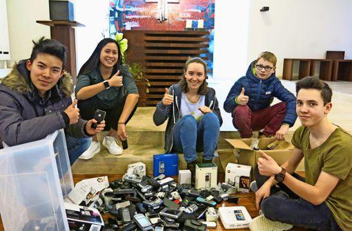 Bürger geben 250 Handys für eine gute Sache