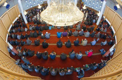 Das Innere der Yavuz-Sultan-Selim-Moschee in Mannheim. Das Gebetshaus des türkischen Ditib-Verbandes war jahrelang die größte Moschee in Deutschland. Foto: dpa