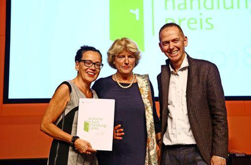 Staatsministerin Monika Grütters (Mitte) übergibt Uscha Kloke und Joachim Arlt  die Auszeichnung  für das literarische Sortiment, das kulturelle Programm und das Engagement im Bereich Lese- und Literaturförderung. Foto: Andreas Fischer (z)
