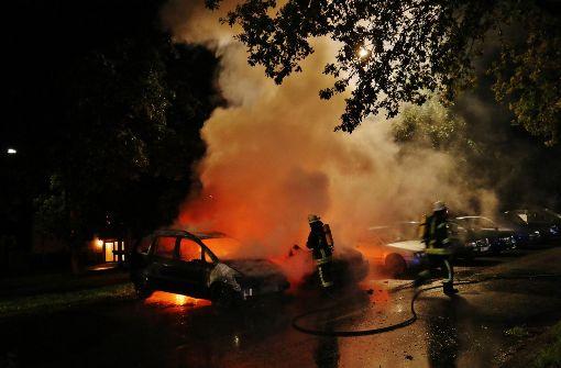 Zwei Fahrzeuge in Autohaus brennen aus