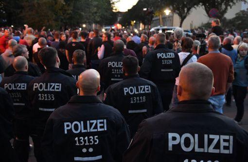 Die Polizei war nach dem Tod eines 22-Jährigen in Köthen in der Stadt präsent. Foto: dpa