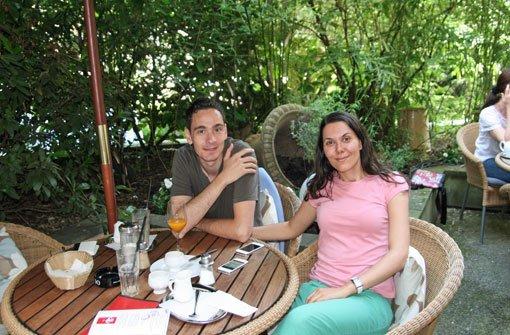 Octavian Dumitrescu und Mirela Mustata aus Bukarest sind begeistert: Bei unserem Städtetrip durch Stuttgart sind wir zufällig auf dieses Café gestoßen - uns gefällt es hier sehr gut. Foto: Timo Lackner