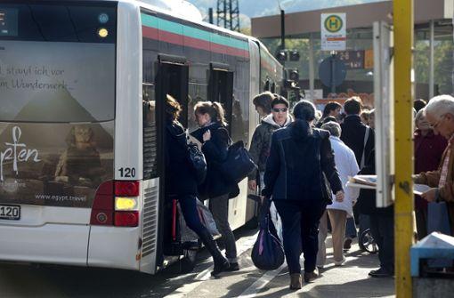 Mädchen  in Busschiebetür eingeklemmt