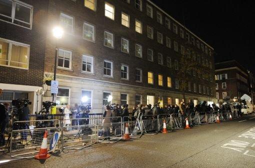 ... bereits ihren dritten Tag im Krankenhaus - und vor dem King Edward VII Hospital in London herrscht medialer Belagerungszustand. Am Dienstag hatte sich das Warten gelohnt: Die Reporter bekamen ...br  Foto: dpa