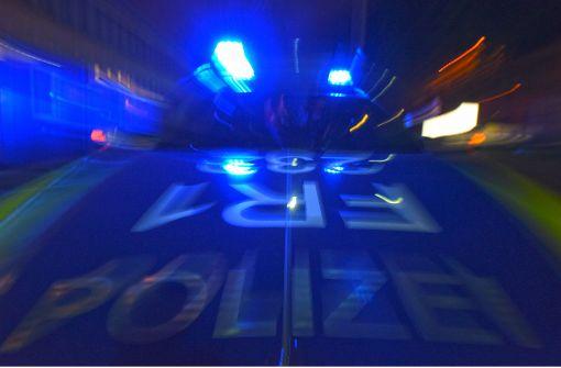 Junges Paar von Maskiertem im Auto überfallen