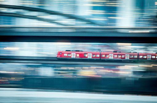 Mann klettert auf Zug und fährt von Baden-Baden nach Rastatt
