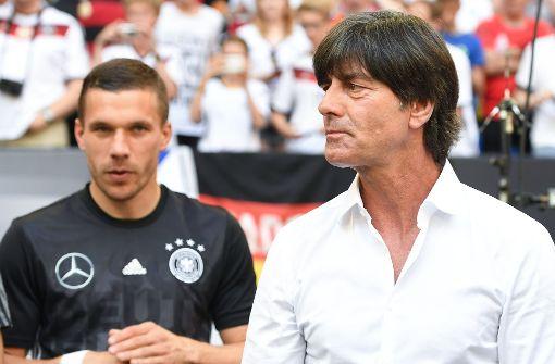 """Lukas Podolski hat mit seinen Sprüchen immer für gute Laune gesorgt. Als Bundestrainer Jogi Löw sich während eines EM-Spiels in die Hose griff, verteidigte er ihn in einer Pressekonferenz gewohnt lässig: """"80 Prozent von euch und ich kraulen sich auch mal an den Eiern."""" Foto: dpa"""