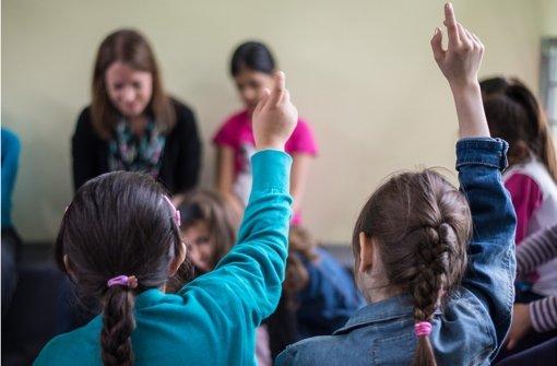 """Gemeinsam mit dem Flüchtlingsrat verbreitet die Lehrergewerkschaft GEW in Baden-Württemberg gerade eine """"Handlungsanleitung"""" für Lehrer, wie Abschiebungen von Schülern verhindert werden können. (Symbolbild) Foto: dpa"""