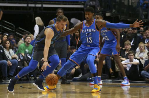 Luka Doncic (links) lässt Superstar Paul George stehen. Foto: AP