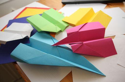 Mit bunten Papierfliegern werden Produktionsabläufe begreifbar. Foto: dpa