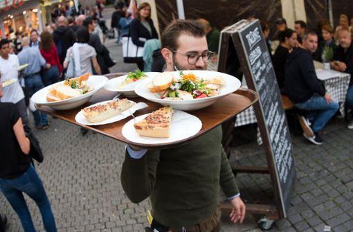 Zünftige Küche gehört beim Weindorf mit dazu. Foto: Oliver Willikonsky - Lichtgut