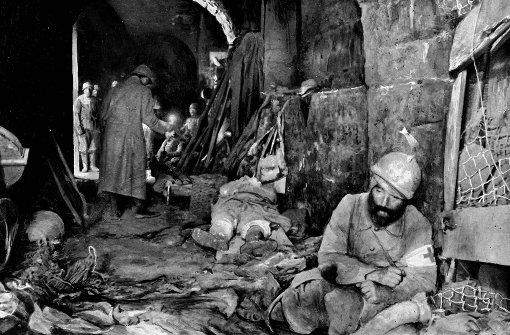 1916: Französische Sanitäter kümmern sich um Schwerverletzte in dem von deutschen Truppen völlig zerstörten Fort de Vaux bei Verdun. Foto: AFP