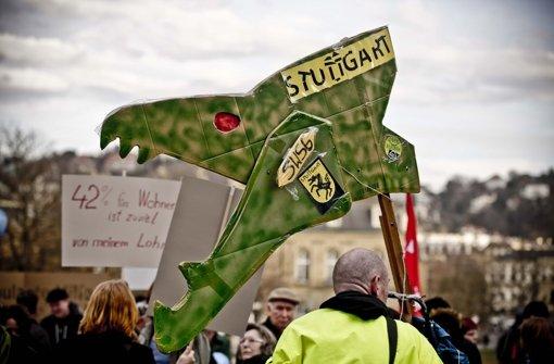 Etwa 1000 Demonstranten protestierten auf dem Schlossplatz gegen Wohnungsnot in Stuttgart Foto: Leif Piechowski