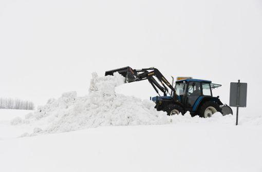 Am Mittwoch haben erneute Schneefälle das Winterchaos im Freistaat weiter zugespitzt. Auf den Autobahnen kam der Verkehr teilweise zum Erliegen, eingeschneite Dörfer müssen über Lebensmitteltransporte versorgt werden. Foto: dpa
