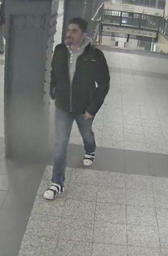 Die Polizei Berlin sucht nach diesem Mann, der im Verdacht steht, am 24. Februar, in Berlin einen Mann mehrfach gegen den Kopf getreten und ihn vergewaltigt zu haben. Foto: Polizei Berlin