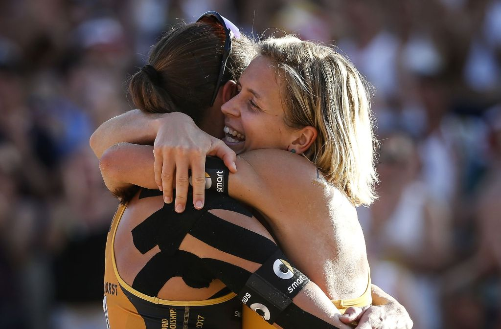 Kira Walkenhorst (links) und Laura Ludwig sind Beachvolleyball-Weltmeisterinnen. Foto: Getty Images Europe