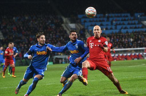 Stefano Celozzi (li.) hat sich beim VfL Bochum zu einem passablen Zweitligaspieler gemausert. Die Bundesliga, in der er von 2009 bis 2012 für den VfB am Ball war, war eine Etage zu hoch für den 30-Jährigen.   Foto: dpa
