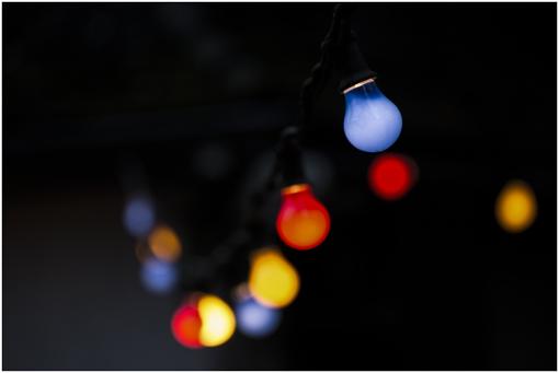 strong1. Wer die Wahl hat, hat die Qual /strongbrDie über 100 jährige klassische strongGlühbirne/strong – von der EU ausgemustert – hat nun endgültig ausgedient. Die weiterentwickelte neue strongVersion der Glühbirne/strong, die sogenannten strongHalogenlampe/strong, stehen auch auf der Abschussliste - obwohl sie eine doppelt so lange Lebensdauer und einen niedrigeren Stromverbrauch als die Glühbirne hat. Ebenfalls nicht durchsetzten werden sich die strongEnergiesparlampen/strong./br brBevor allerdings alle alten Leuchten und Lampen von strongLED-Lampen/strong aus dem Haushalt verbannt werden, nehmen wir hier alle drei Leuchtmittel unter die Lupe. Denn: es gibt strongsehr große Qualitätsunterschiede/strong innerhalb der verschiedenen strongPreiskategorien/strong, so dass jeder einzelne seine individuellen Gegebenheiten auswerten muss. /br Foto: Pixabay