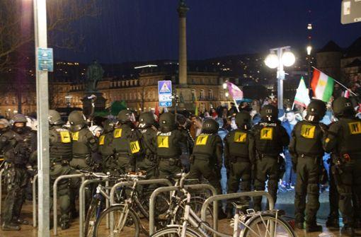 Bei einer Kurden-Demo in der Stuttgarter Innenstadt gab es zwei Festnahmen. Foto: SDMG