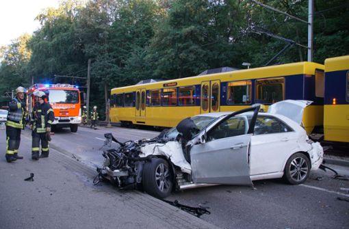 Stuttgart: Zwei Schwerverletzte nach Wendemanöver