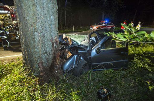 Mann fährt gegen Baum und stirbt
