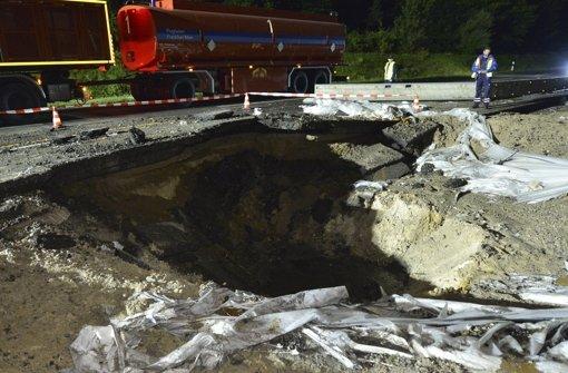 Explosion reißt Krater in Autobahn