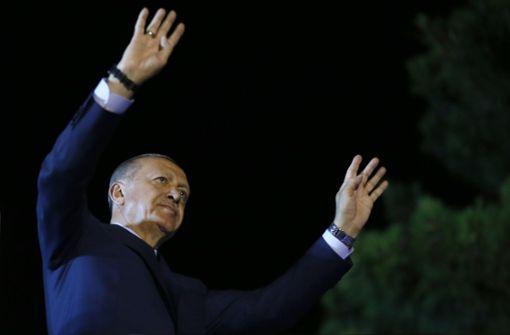 Ein Autokorso für und Proteste gegen Erdogan