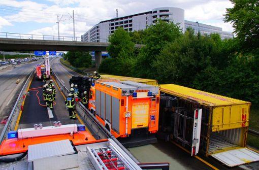 Der Unfall ereignete sich am Samstag um etwa 13 Uhr kurz vor Leinfelden-Echterdingen (Kreis Esslingen) im Baustellenbereich. Foto: Andreas Rosar Fotoagentur-Stuttg