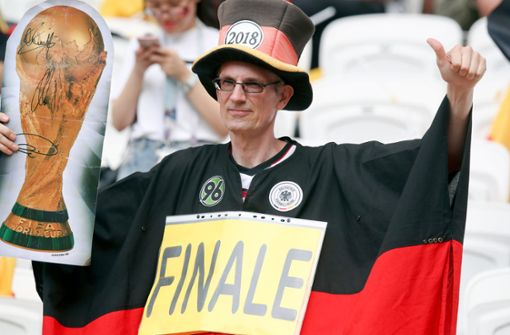 Dieser zuversichtliche Fan hat eine klar Botschaft an die deutsche Nationalmannschaft. Foto: AP