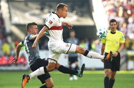 Unumstrittener Chef der VfB-Abwehr: Ex-Nationalspieler Holger Badstuber (Mi./gegen Augsburgs Alfred Finnbogason) Foto: Getty