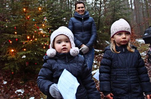 Lichter, Kugeln und singende Kinder im Wald
