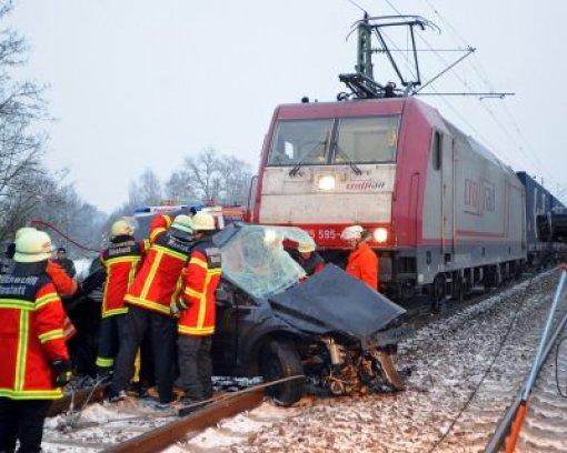 Auto kollidiert mit Zug - Fahrer tot
