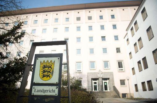 Im Prozess um ein Feuer im Rohbau einer Flüchtlingsunterkunft in Neuenstein (Hohenlohekreis) hat einer der Angeklagten die Brandstiftung vor dem Landgericht Heilbronn gestanden. Foto: dpa