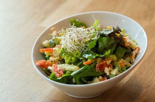 2. Auch die richtige Ernährung unterstützt das Wohlbefinden an heißen Sommertagen: Besonders leichte, gut verdauliche Kost wie Salate, Nudeln, Reis, Fisch und mageres Fleisch schonen den Körper. Foto: dpa