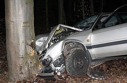Gegen Baum gekracht - Fahrer stirbt