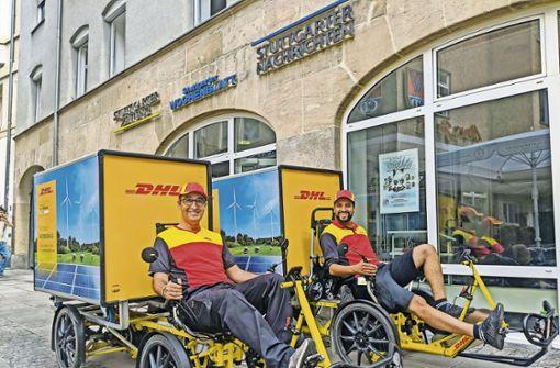 Der Bundestagsabgeordnete  Cem Özdemir (li.)    testet mit dem Paketzusteller Adil Kharbouch  E-Lastenräder von DHL. Foto: Jürgen Brand