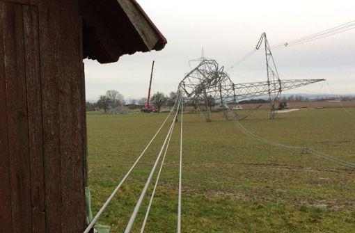 Experten rätseln über Bruch zweier riesiger Strommasten