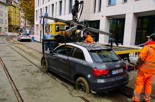 Auto bleibt in frisch gegossenem Beton stecken