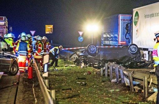 Der Unfallort an der B 27 bei Filderstadt: Vom Mercedes blieb nur ein Wrack übrig Foto: SDMG