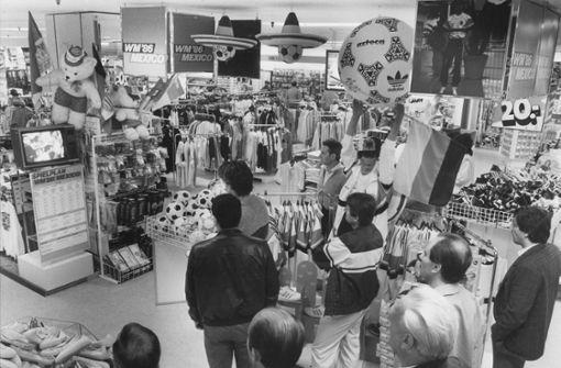 Die WM 1986 in Mexiko wird in einem Stuttgarter Kaufhaus übertragen.  Foto: Uli Kraufmann