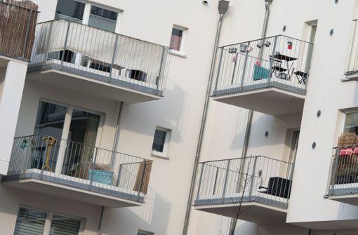Kleines Mädchen stürzt vom Balkon