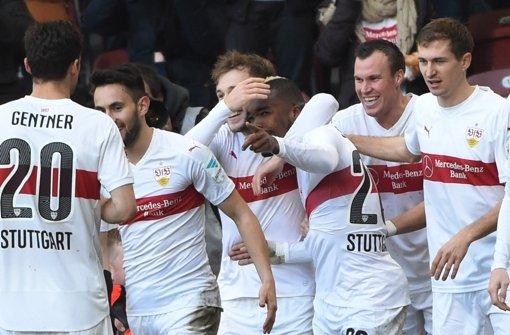 Jubel beim VfB: die Spieler feiern den Treffer von Serey Dié Foto: dpa