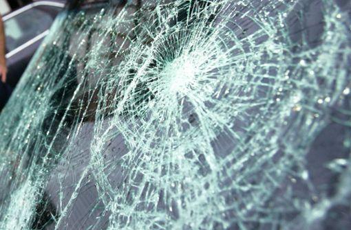 Beifahrer auf A6 von Glassplittern verletzt